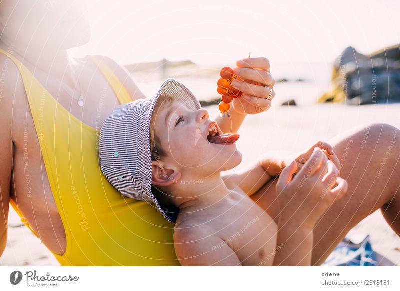 Kind Frau Ferien & Urlaub & Reisen Sommer Sonne Meer Freude Strand Erwachsene Essen Lifestyle Familie & Verwandtschaft Glück Spielen Frucht Freizeit & Hobby