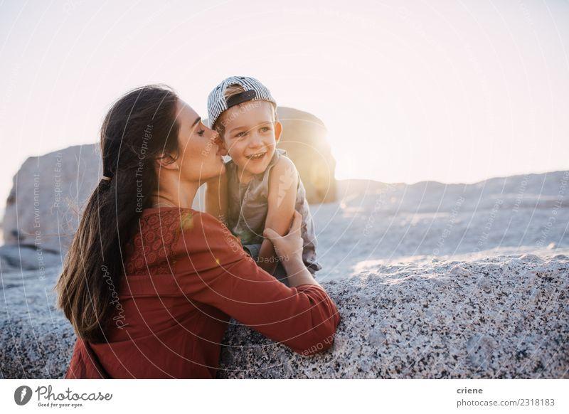 Junge erwachsene Mutter gibt dem Kleinkind einen Kuss auf die Wange. Lifestyle Freude Glück schön Freizeit & Hobby Ferien & Urlaub & Reisen Sommer Strand Meer