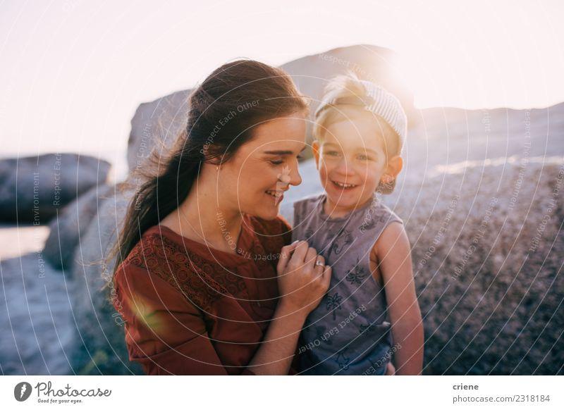 Glückliche Mutter und kleiner Junge lächeln am Strand. Lifestyle Freude schön Freizeit & Hobby Ferien & Urlaub & Reisen Sommer Meer Kind Kleinkind Frau