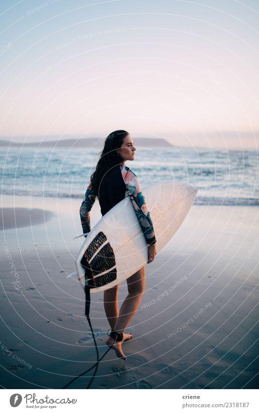 Junge weibliche Erwachsene mit Surfbrett am Strand Lifestyle Freude Glück schön Freizeit & Hobby Ferien & Urlaub & Reisen Sommer Sonne Meer Wellen Sport Mensch