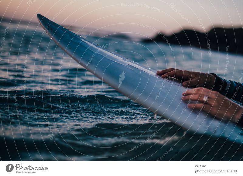 Nahaufnahme des Surfboards im Meer Lifestyle Freude Glück schön Freizeit & Hobby Ferien & Urlaub & Reisen Sommer Sonne Strand Wellen Sport Mensch Frau