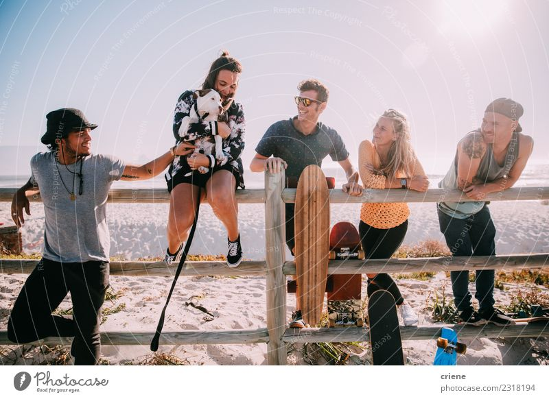Gruppe junger erwachsener Freunde, die gemeinsam Spaß am Strand haben. Freude Glück Leben Freizeit & Hobby Sommer Mensch Frau Erwachsene Mann Freundschaft