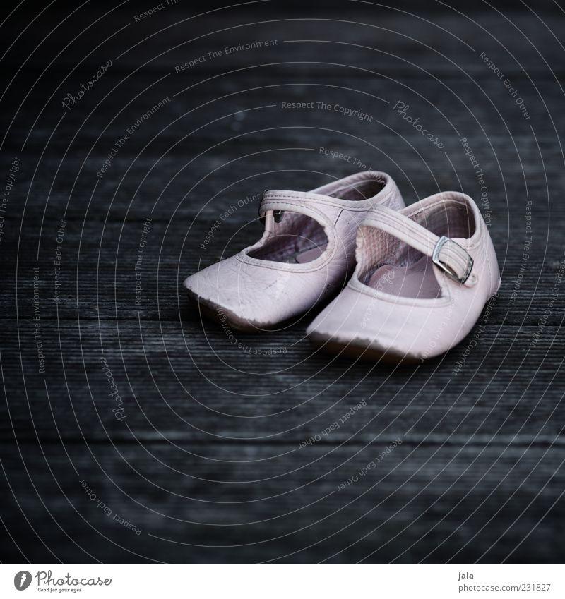 es war einmal ein kleines mädchen... Einsamkeit grau Schuhe rosa Holzfußboden Schnalle Ballerina Kinderschuhe