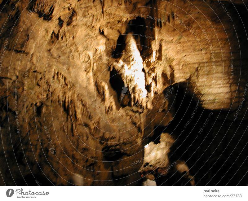 Felswand #1 Felsen Teilung Höhle halbdunkel Tropfsteine