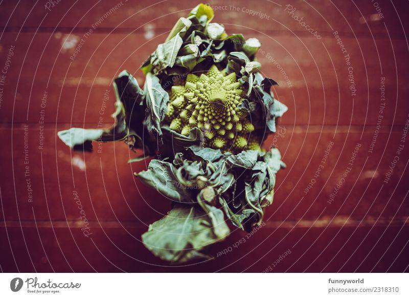Romanesco auf Holzfußboden Lebensmittel Gemüse Ernährung Bioprodukte Vegetarische Ernährung Diät ästhetisch frisch Gesundheit lecker Blumenkohl grün braun rot