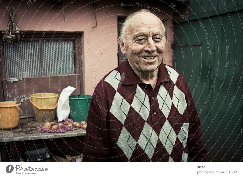 Erinnerung Garten Mensch maskulin Männlicher Senior Mann Großvater 1 60 und älter Lächeln lachen alt authentisch Freundlichkeit sympathisch Scheune Ruhestand