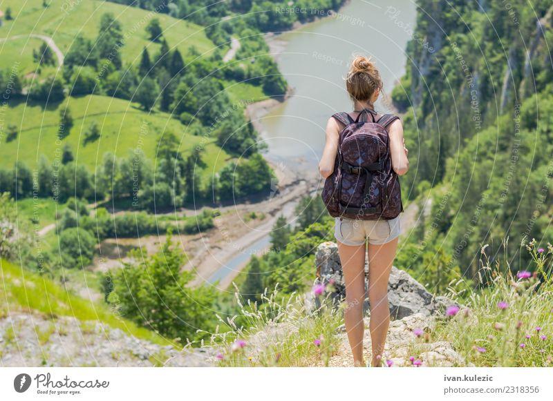 Blondes Mädchen mit Rucksack, das die Aussicht genießt. Lifestyle Körper Erholung Freizeit & Hobby Ferien & Urlaub & Reisen Ausflug Abenteuer Freiheit Sommer