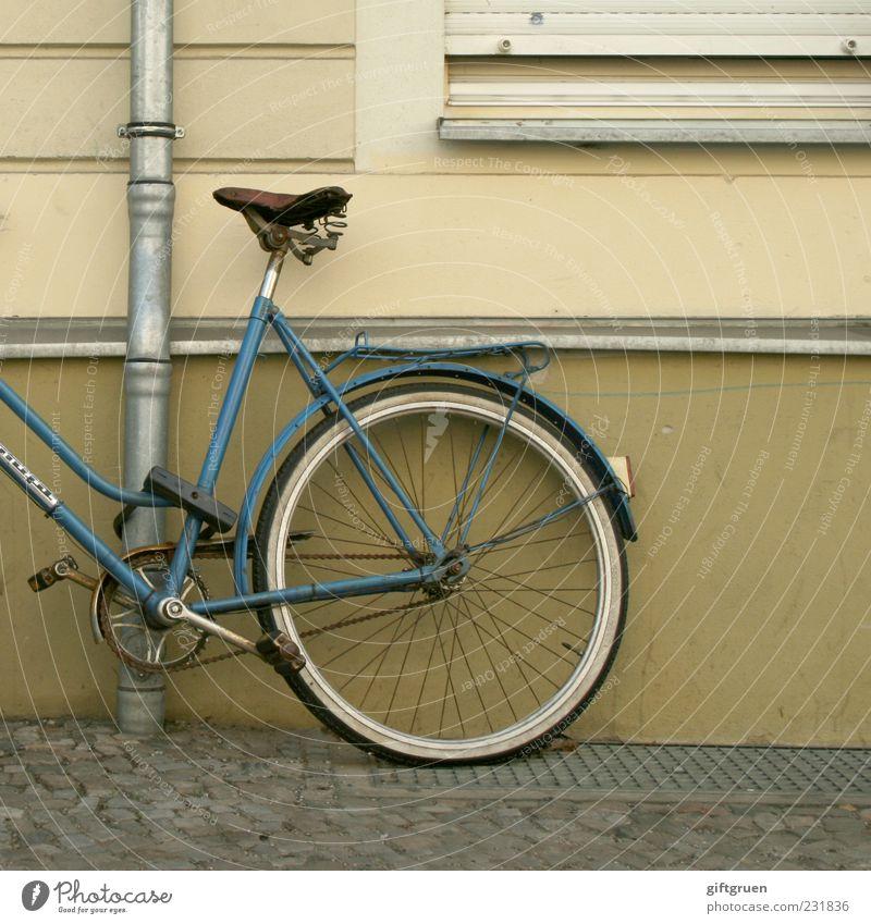 zweckentfremdung alt blau Fenster Wand Mauer Gebäude Fahrrad Fassade Sicherheit einfach Bauwerk Bürgersteig Kopfsteinpflaster Rad parken Pflastersteine