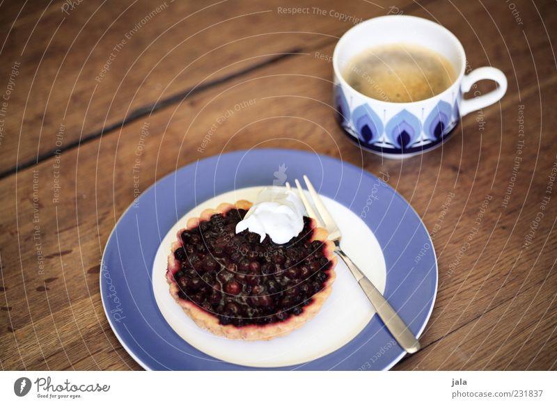 was süßes zum kaffee Lebensmittel Kuchen Obstkuchen Sahne Ernährung Getränk Heißgetränk Kaffee Teller Tasse Gabel lecker Farbfoto Innenaufnahme Menschenleer