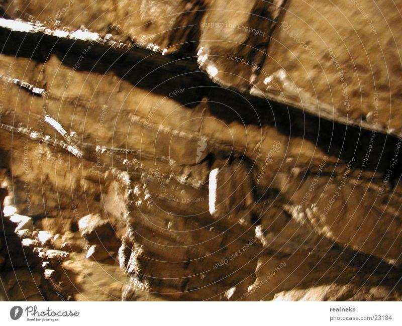 Felswand Unschärfe Tropfsteine Höhle halbdunkel Felsen Teilung