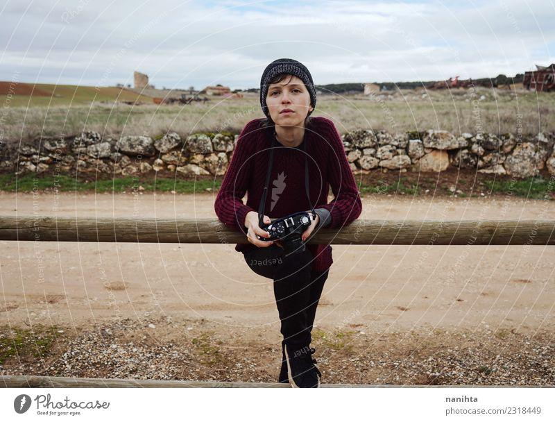 junge Frau mit ihrer Kamera im Freien an einem Wintertag Lifestyle Stil Freizeit & Hobby Ferien & Urlaub & Reisen Tourismus Expedition Mensch feminin androgyn