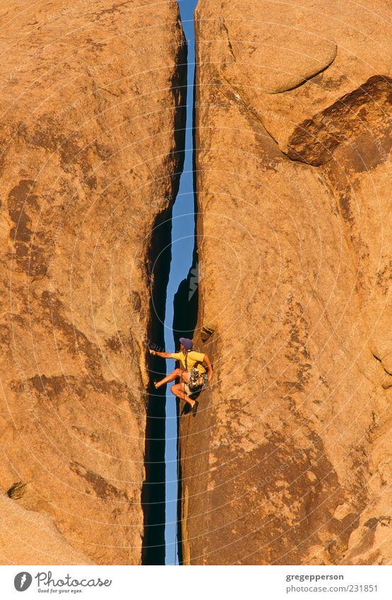 Kletterer, der sich an eine Klippe klammert. Abenteuer Klettern Bergsteigen Erfolg Seil Mann Erwachsene 1 Mensch Natur Fitness sportlich hoch Tapferkeit