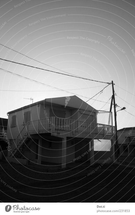 37°2 le matin Ferien & Urlaub & Reisen Haus Geländer historisch Balkon Strommast Frankreich Wohnsiedlung Ferienhaus Holzhaus Südfrankreich