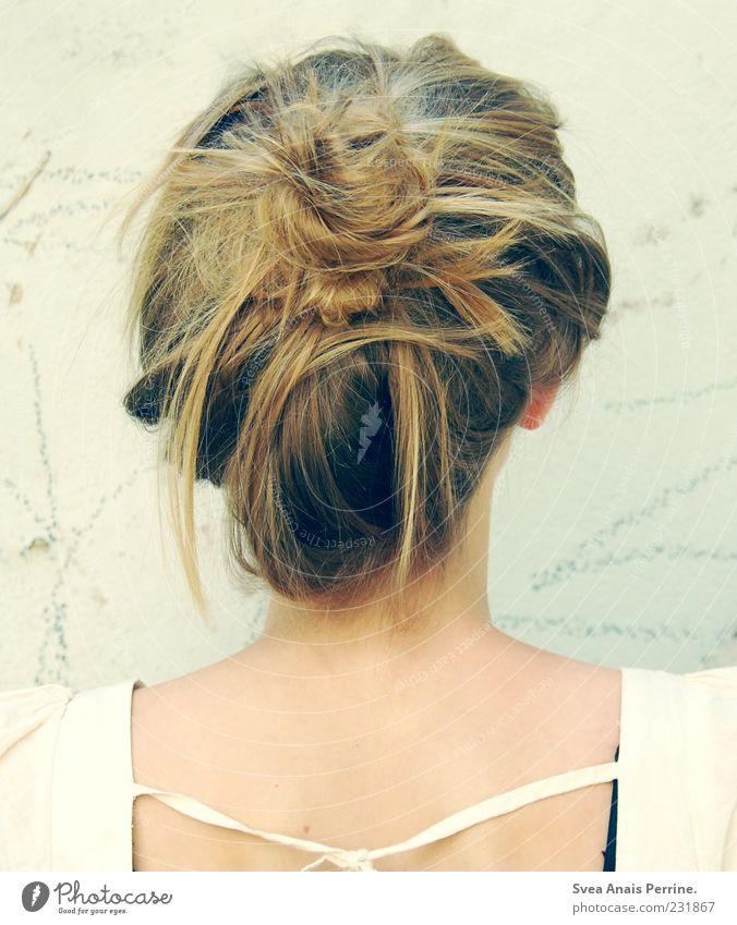 leichtes lied. Mensch Jugendliche schön feminin Haare & Frisuren Stil blond elegant Lifestyle einzigartig Junge Frau trendy Hals Zopf Haarsträhne Dutt