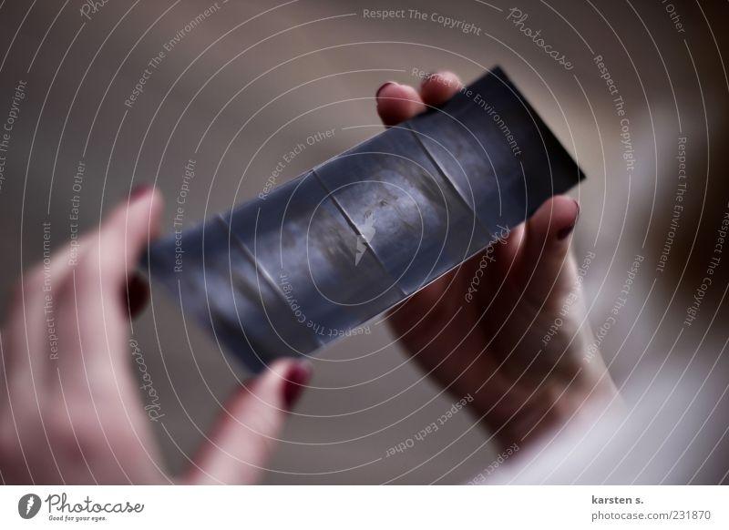 """""""Photo""""versuch Mensch Hand schwarz Finger Papier einfach haltend"""