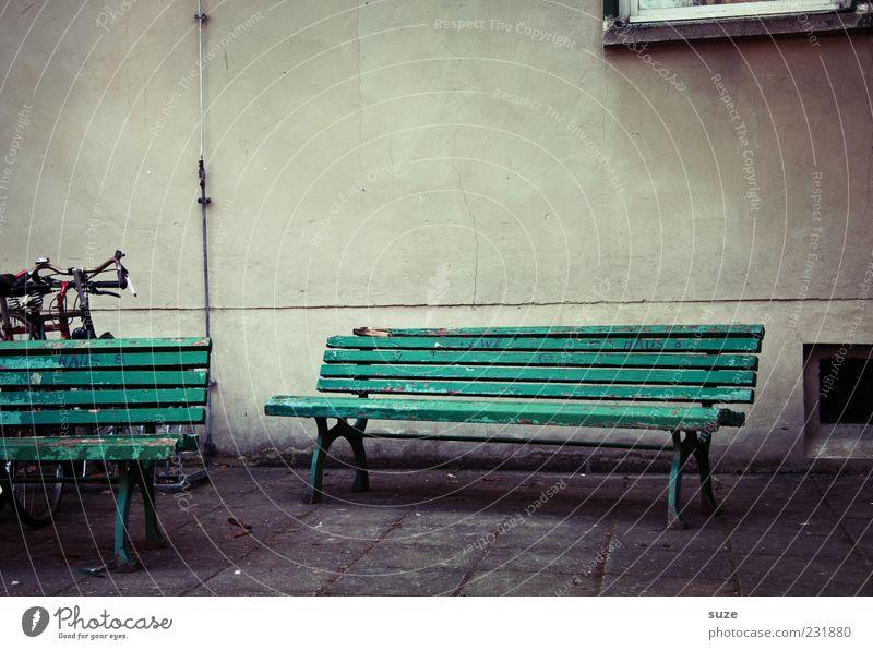 Haus- und Hofbank Platz Fassade warten alt authentisch trist trocken grau grün Einsamkeit Vergangenheit Bank Holzbank Bodenplatten Wand Steinweg Sitzgelegenheit