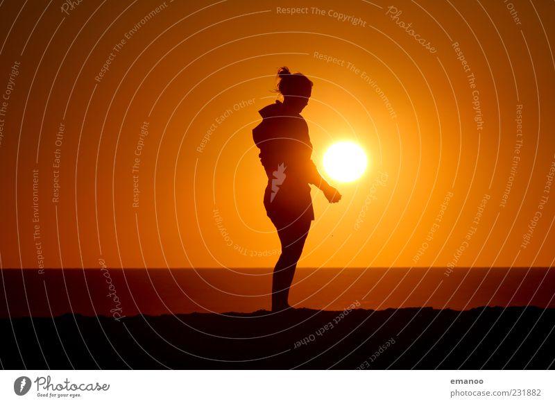 Spielball Mensch Sonne Ferien & Urlaub & Reisen Sommer Meer Strand schwarz Ferne gelb feminin Landschaft Spielen Freiheit Küste Stil Wetter