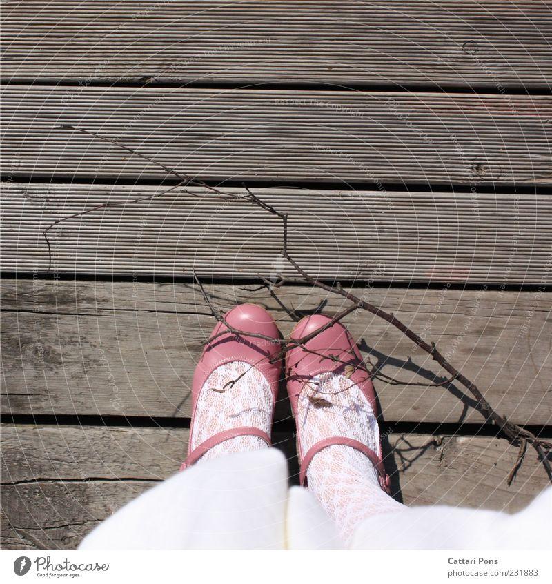 Virgin Road Mensch weiß Mädchen feminin Holz Fuß Kindheit Schuhe rosa stehen Ast Kitsch bleich Strumpfhose Holzfußboden