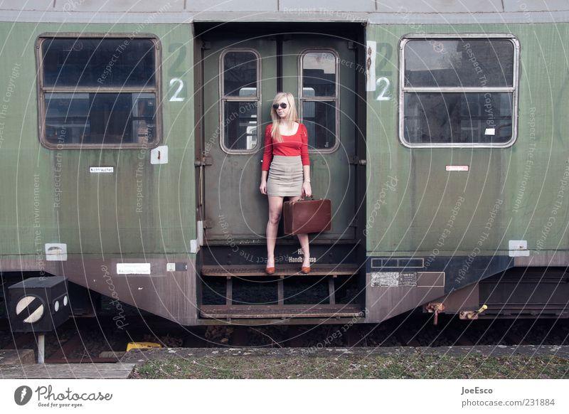 aufbruch Frau Mensch Jugendliche schön Ferien & Urlaub & Reisen Erwachsene Ferne Leben Stil Mode blond warten natürlich Ausflug Tourismus Abteilfenster