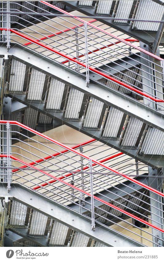 Für passionierte Aufsteiger rot Haus Leben grau Metall Kraft Beginn Treppe ästhetisch Niveau Geländer entdecken Leidenschaft Mut Leiter anstrengen