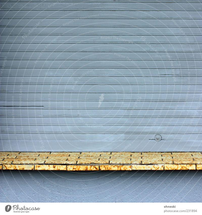 Heute geschlossen Haus Gebäude Fassade Fenster Jalousie Fensterfront Fenstersims Fliesen u. Kacheln grau Einsamkeit Farbfoto Gedeckte Farben Außenaufnahme