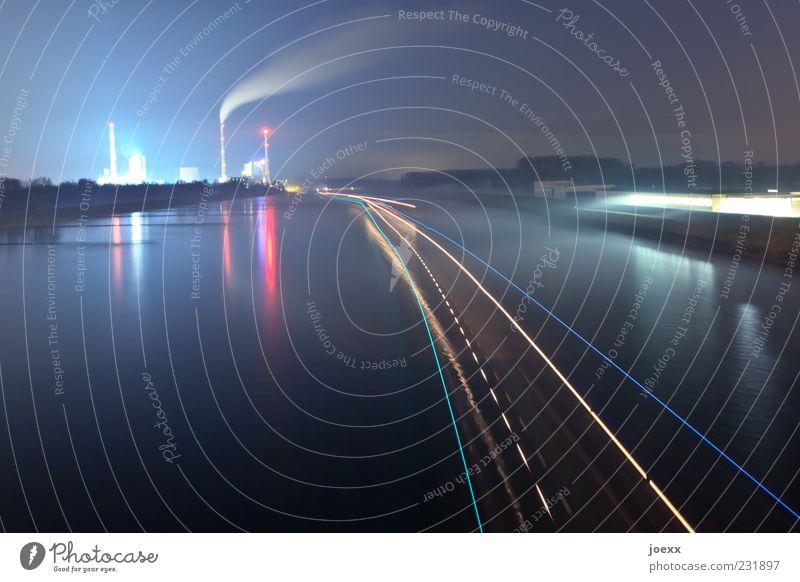 Energieversorgung Wasser Nachthimmel Industrieanlage Fabrik Binnenschifffahrt fahren Farbfoto mehrfarbig Außenaufnahme Menschenleer Textfreiraum links