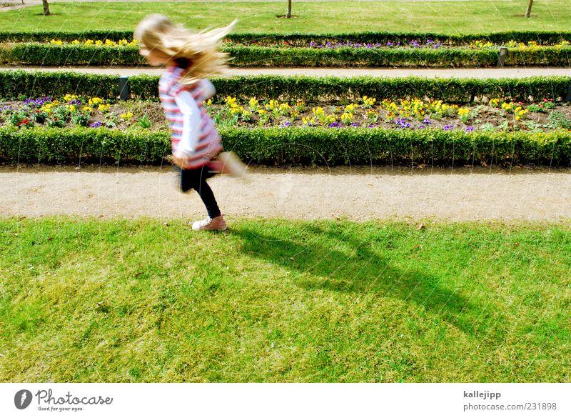 frühlingsbotin Mensch Kind grün Mädchen Sommer Blume Leben Gras Bewegung Haare & Frisuren Garten Frühling Park Linie Kindheit Schuhe