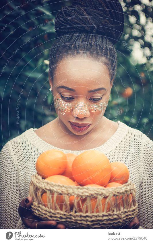 Schöne Frau mit orangefarbenem Korb Frucht Ernährung Essen Frühstück Mittagessen Bioprodukte Vegetarische Ernährung Diät Slowfood Orange Lifestyle schön
