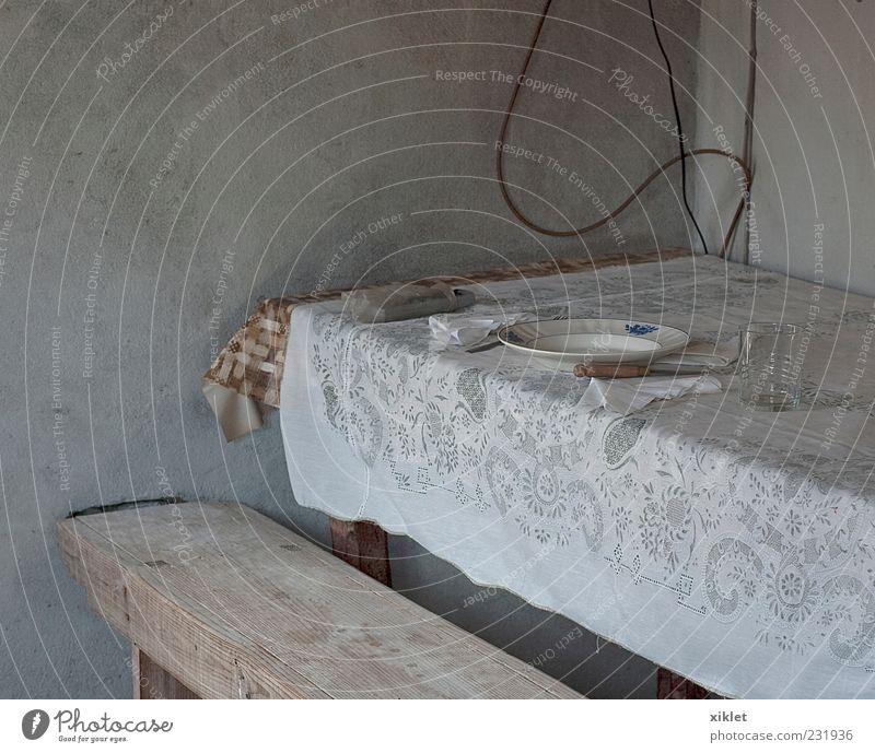Tabelle Tisch Tischwäsche Foyer Haus rustikal alt Dorf Armut simpel Weißglut Zement Wand Mittagessen Mahlzeit Ernährung Geldinstitut Holz ungewöhnlich retrograd