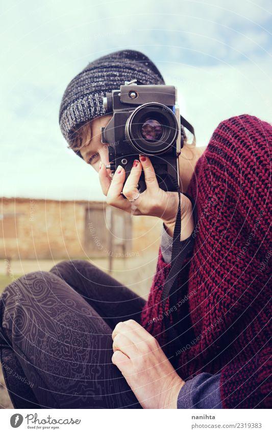 Junge Frau, die mit ihrer Kamera fotografiert. Lifestyle Stil Design Freizeit & Hobby Ferien & Urlaub & Reisen Tourismus Mensch feminin androgyn Jugendliche 1