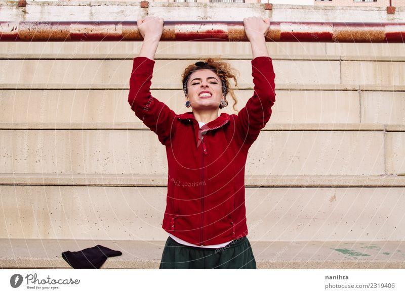 Junge Frau macht Kinn-Ups Lifestyle Stil Körper Gesundheit Gesundheitswesen sportlich Fitness Leben Sport Sport-Training Leichtathletik Mensch feminin