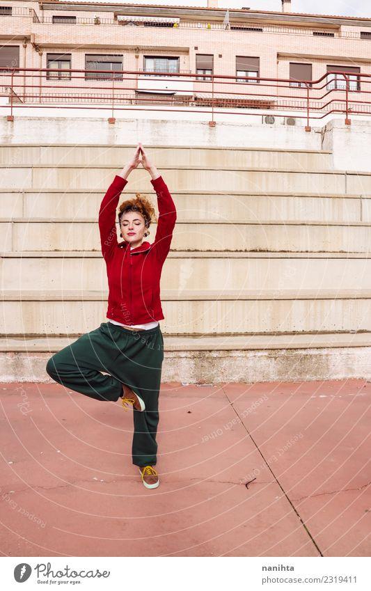 Junge Frau, die eine Yogapose auf der Straße macht. Lifestyle Stil Körper Gesundheit Gesundheitswesen sportlich Fitness Wellness harmonisch Erholung Meditation