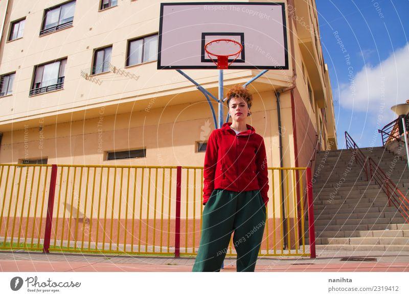 Junge rothaarige Frau auf einem Basketballplatz Lifestyle Stil Gesundheit sportlich Freizeit & Hobby Sport Ballsport Sportstätten Basketballer Basketballkorb