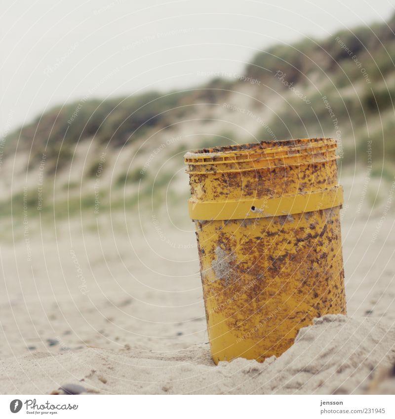 Einer für alle und alles im Eimer Strand Umwelt Sand Küste stehen trist gelb Umweltverschmutzung Strandgut Stranddüne Natur Kunststoff Fass Müllbehälter