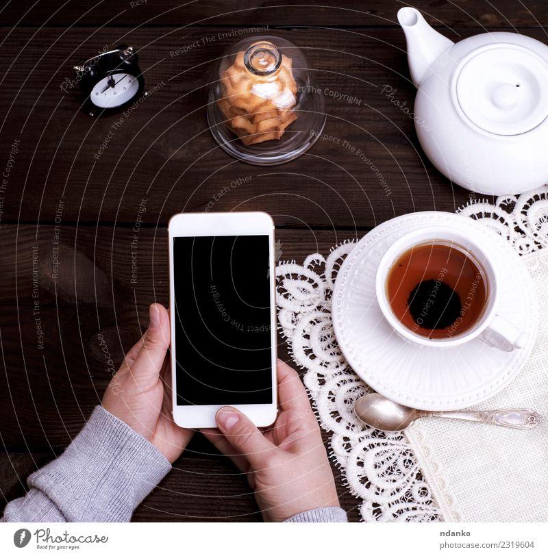 Frau Mensch Jugendliche weiß Hand 18-30 Jahre schwarz Erwachsene Lifestyle braun Technik & Technologie Aussicht Arme Tisch Telefon Getränk