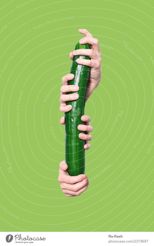 LIEBER DIE GURKE IN DER HAND ALS ... Lebensmittel Gemüse Salat Salatbeilage Ernährung Bioprodukte Vegetarische Ernährung Diät Fasten Stil schön Maniküre
