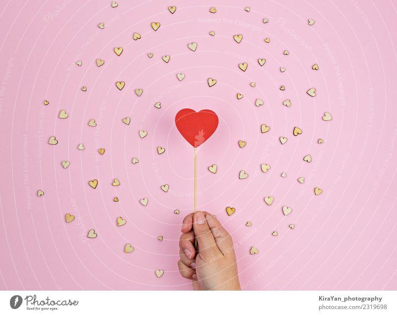 Hand hält großes rotes Holzherz auf rosa Hintergrund Lifestyle Gesundheitswesen Freizeit & Hobby Feste & Feiern Valentinstag Hochzeit Herz Liebe Freundlichkeit