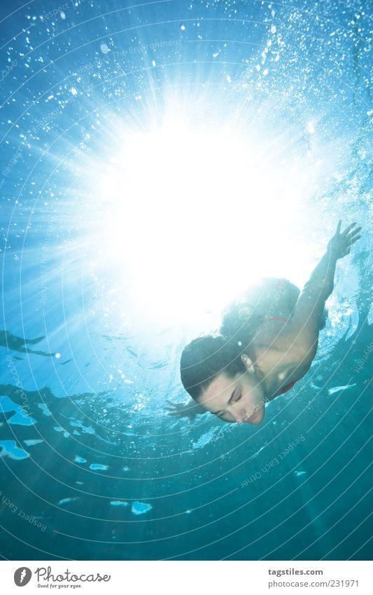 BORN BY THE SUN Mauritius tauchen Schwimmen & Baden Im Wasser treiben Kühlung Sommer Sonne Lichtstrahl Frau Leben abstrakt Meer Wasseroberfläche