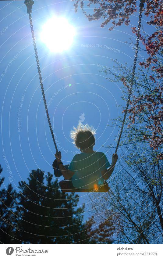 Ab ins Warme Spielen Sommer Kind Haare & Frisuren 1 Mensch Schönes Wetter Freude Kindheit Schaukel Dynamik Sonne Farbfoto Außenaufnahme Textfreiraum Mitte Tag