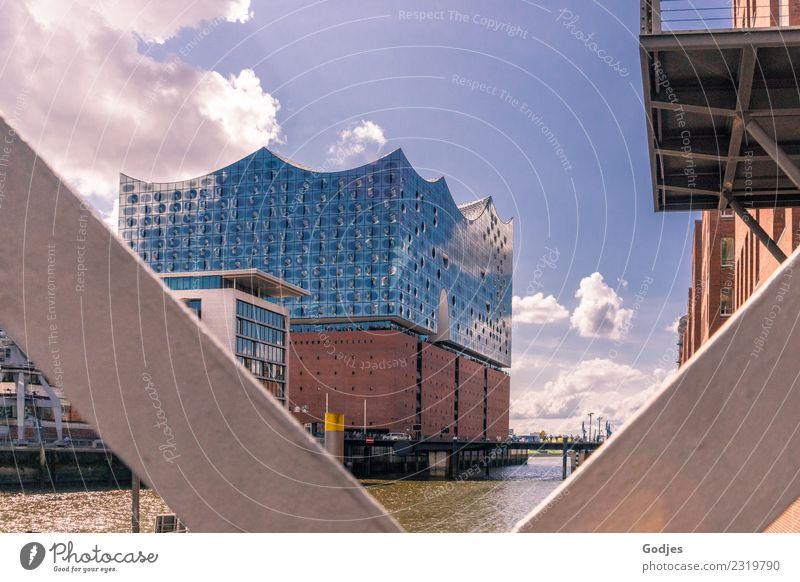 Elbphilharmonie in Hamburg Wasser Himmel Wolken Stadtzentrum Menschenleer Brücke Gebäude Architektur Fassade Balkon Sehenswürdigkeit eckig maritim Perspektive