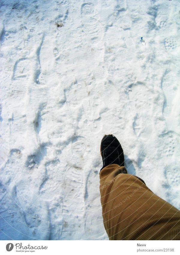 Gespür für Schnee? Mann Beine gehen Bodenbelag