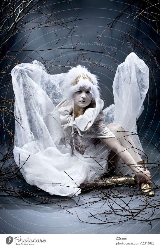 princess elegant Stil feminin Junge Frau Jugendliche 1 Mensch 18-30 Jahre Erwachsene Umwelt Natur Sträucher Mode Kleid Accessoire Stiefel Mütze hocken sitzen