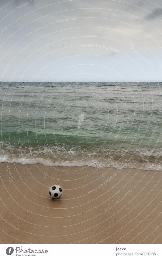 Beachball Natur blau weiß Sommer Meer Strand Wolken schwarz braun Horizont Fußball liegen rund schlechtes Wetter Sandstrand