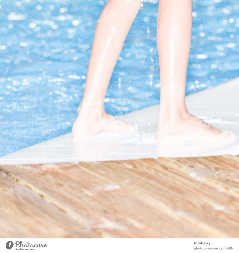 white surfer Mensch Kind blau Leben kalt Sport Bewegung Stil Beine Fuß braun Kindheit Freizeit & Hobby frisch Wassertropfen Lifestyle