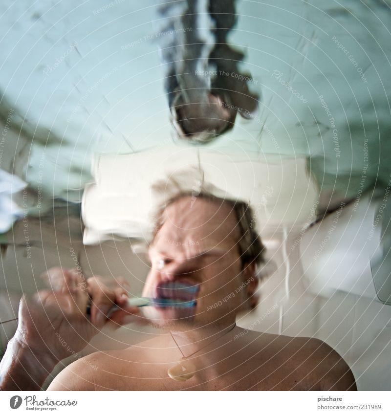brush/blubb Körperpflege Häusliches Leben Bad Mann Erwachsene Wasser außergewöhnlich Flüssigkeit schön Zähne Waschbecken Fliesen u. Kacheln Zahnbürste Farbfoto