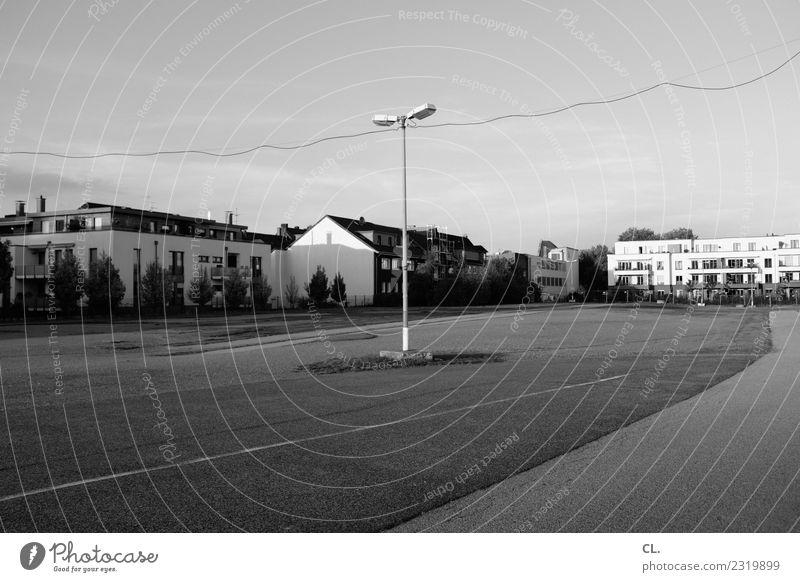 parkplatz Himmel Schönes Wetter Stadt Essen Stadtrand Menschenleer Haus Platz trist Einsamkeit Wege & Pfade Ferne Laternenpfahl Parkplatz Schwarzweißfoto