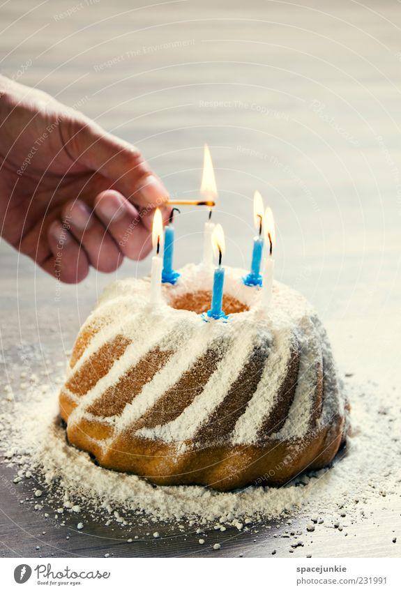 birthday cake Hand Ernährung Feste & Feiern Geburtstag maskulin Finger süß Kerze Kuchen lecker Jubiläum Streichholz Vorfreude Geburtstagstorte Kerzenschein anzünden