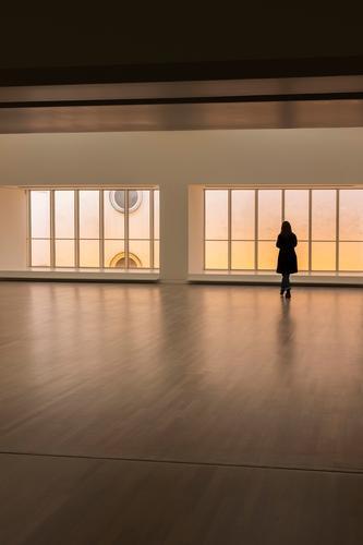 k im k Frau Mensch Ferne Fenster Erwachsene Architektur Wand feminin Kunst Mauer außergewöhnlich Design modern ästhetisch stehen Kultur