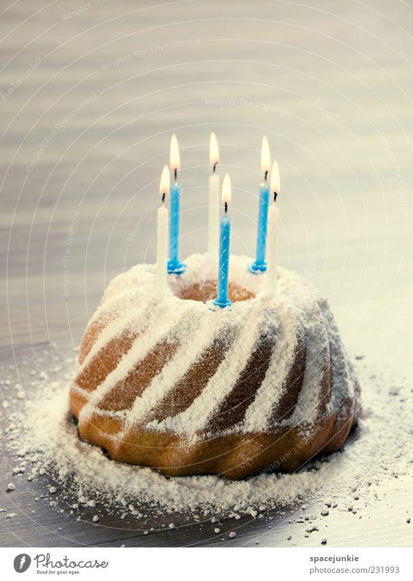 birthday cake (2) Feste & Feiern Geburtstag süß Kerze Kuchen lecker Vorfreude Jubiläum Geburtstagstorte Puderzucker Gugelhupf