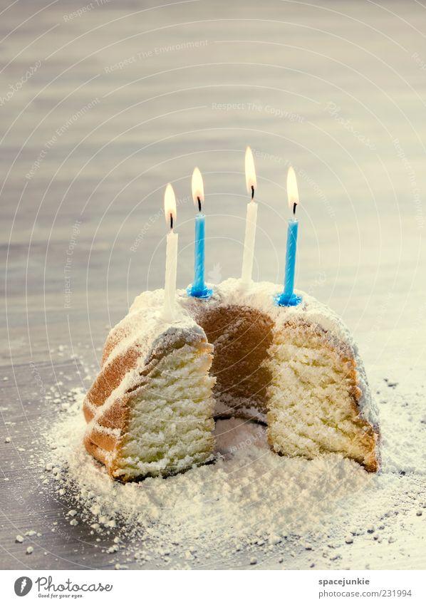 birthday cake (3) Vorfreude Kuchen Geburtstag Kerze Kerzenschein Streichholz Feste & Feiern lecker süß Farbfoto Innenaufnahme Textfreiraum oben Kunstlicht